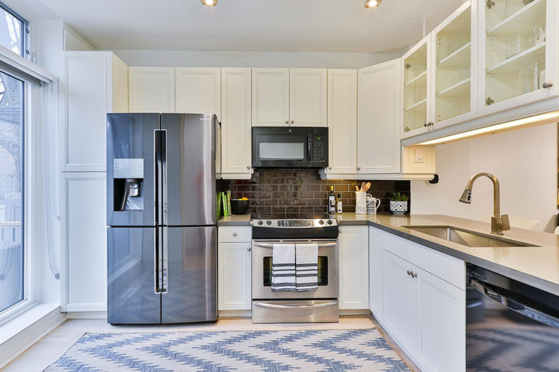Hints of color in kitchen